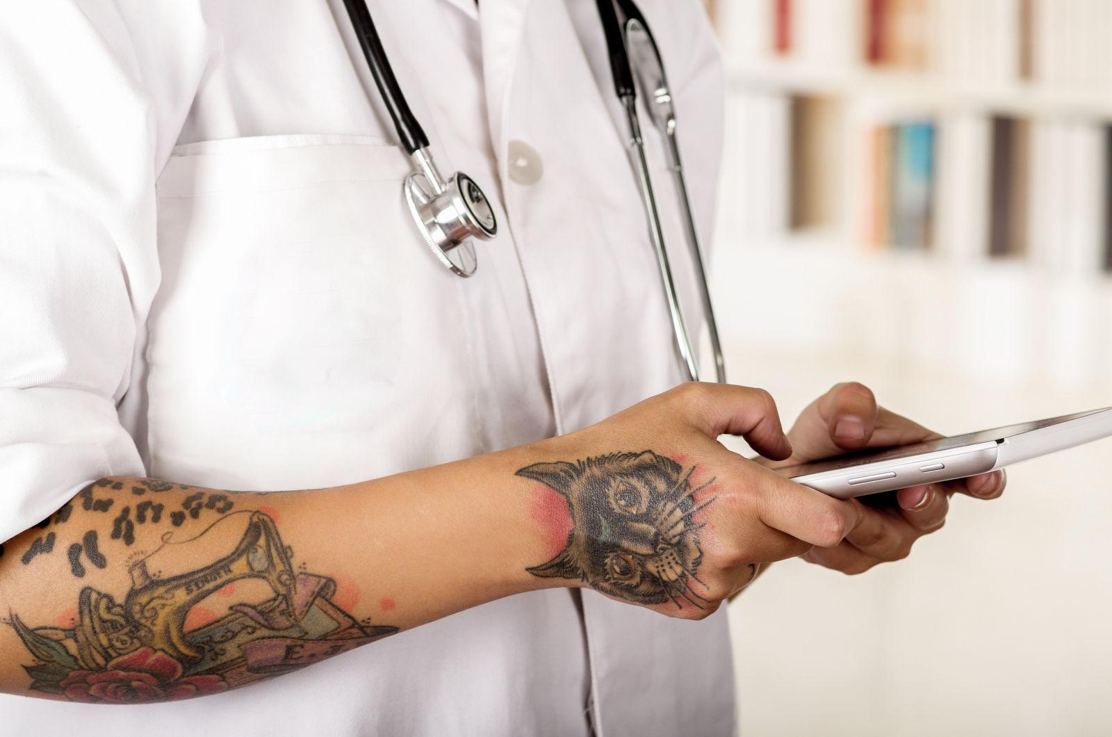 dokter met tattoos